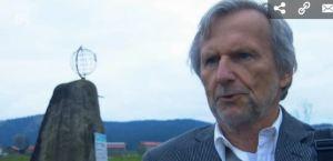 Herbert Pöhnl beim Weißwurstäquator Denkmal in Zwiesel