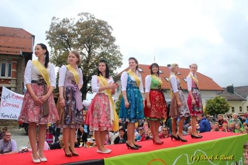 7x Söll auf dem Laufsteg. Alle Kandidatinnen der Wahl zur Bayerischen Weißwurstkönigin präsentierten sich vor grossem Puplikum im Dirndl von Astrid Söll, Regensburg. Dafür gabs Szenenapplaus